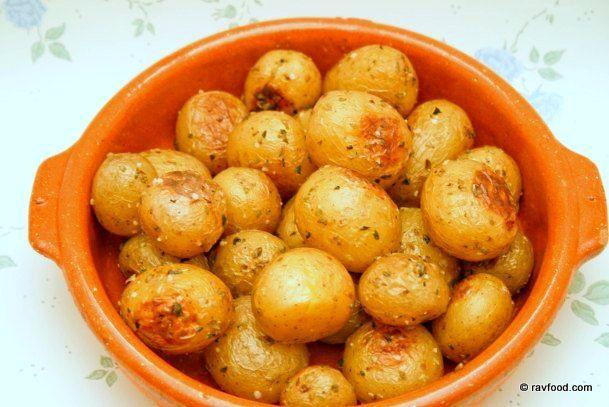 Denne opskrift er den mest viste på bloggen. Kartoflerne har reddet mange middage hos os. De er utrolig nemme at tilberede, kan forberedes i forvejen og smager rigtig dejligt. Det er forskelligt, h…