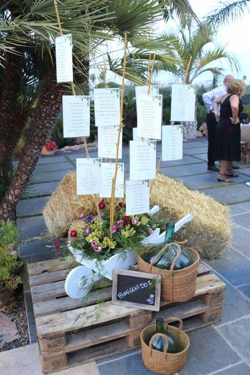 Listas invitados boda toscana Marcos y Paqui. Carretilla, balas de paja, palet. Salones Carrasco Jávea: