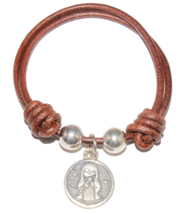 Comunión: Virgen Me Oyes, montada en pulsera de cuero con nudos y bolas de plata