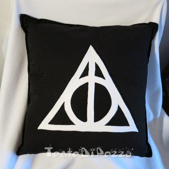 Fodera 100% cotone con zip e decorazione in pannolenci applicata termicamente e resistente al lavaggio, ispirato alla saga di Harry Potter.  I Doni