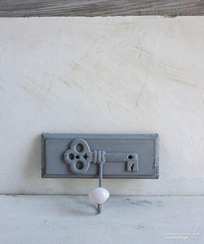 Appendiabiti singolo con motivo chiave e pomello in ceramica finitura grigia