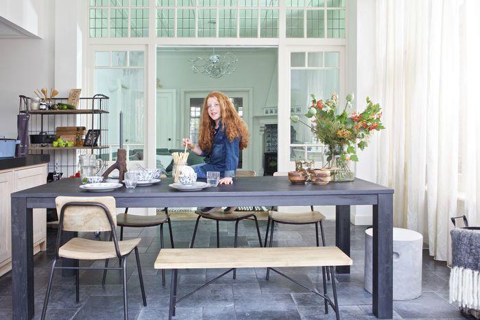Zwarte eettafel met vintage schoolstoelen - bekijk en koop de producten van dit beeld op shopinstijl.nl
