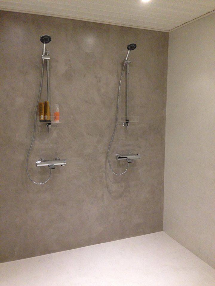 Ohut mikrosementti viimeistelee kylpyhuoneen seinän kauniisti. Klikkaa kuvaa, niin näet tarkemmat tiedot!