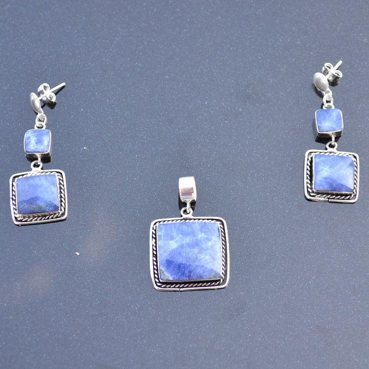 Mooie Set (oorbellen en hanger) van zilver met lapis lazuli halfedelsteen.  Lengte oorbellen: 2,5 Hanger 2x2 cm