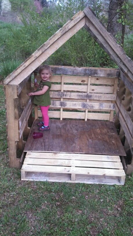 Best 25 pallet playhouse ideas on pinterest dog house for Building a wendy house from pallets