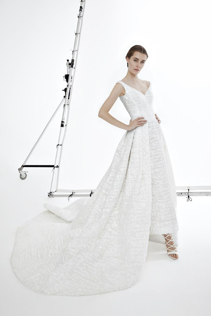 Style PAIGE: Ball gown in optic organza with a deep neckline with thin-striped and grand train