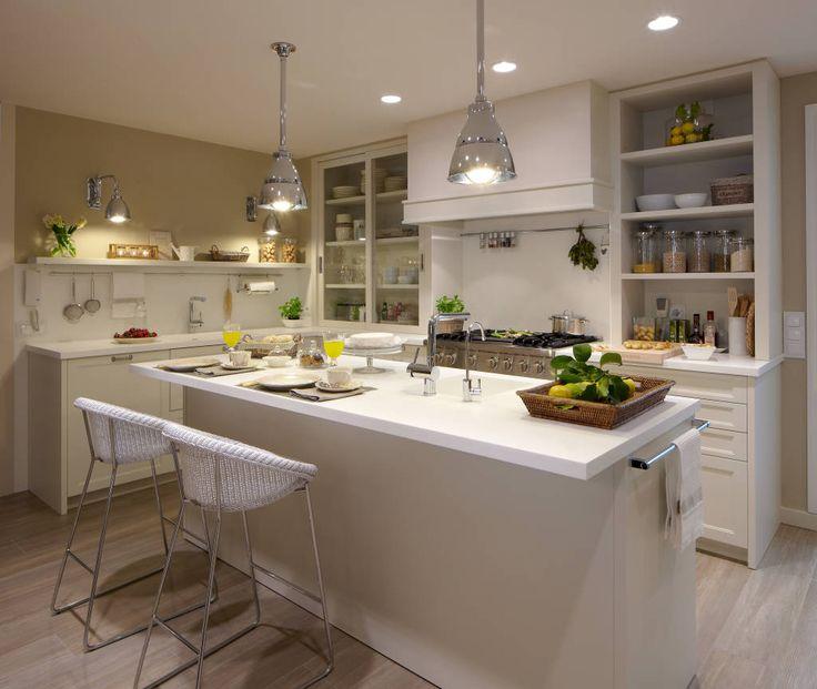 Busca imágenes de Cocinas de estilo ecléctico en blanco: Una completa isla. Encuentra las mejores fotos para inspirarte y crea tu hogar perfecto.