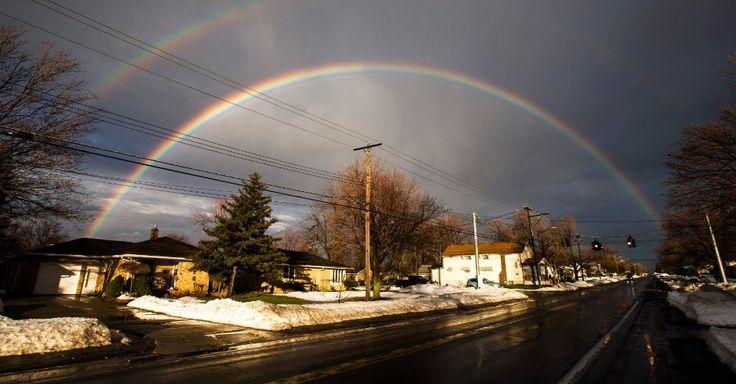 Um arco-íris se forma na vizinha de West Seneca, no Estado de Nova York, após dias consecutivos de nevascas na região.  Fotografia: Mark Blinch/Reuters.