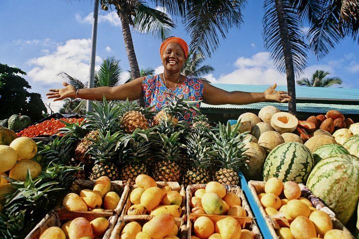 Кубинская кухня: всего понемногу и бутылка рома! http://www.anymenu.ru/kubinskaya-kuxnya-vsego-ponemnogu-i-butylka-roma/  Остров свободы порадует не только любителей качественной медицины и демократии, но и ценителей первоклассной пищи. Кубинцы любят мясо, морепродукты, рис и фрукты. Не откажутся они от чашечки ароматного кофе, который готовы пить сутками напролет, а по праздникам (поводом может послужить и хорошее настроение!) только самый унылый циник откажется от рюмочки настоящего…