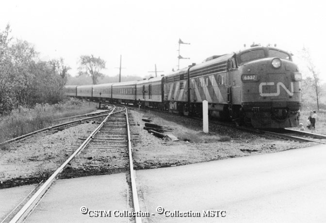 Fall foliage by C.N.R, from Ottawa to Napanee. Runpast at Harrowsmith looking east, K on left - October 1974