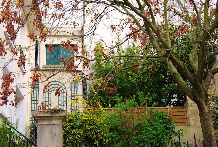 Maisonnettes bucoliques: Villa Daviel (13ème)  Ouverte en 1912, la Villa Daviel est postée dans le quartier paisible et (street) arty de la Butte-aux-Cailles. Enfoncez-vous dans cette impasse pour zyeuter les maisons qui bordent le chemin pavé, leurs plantes qui se font la malle à travers les portails colorés. Derrière vous, découvrez les résidences à colombages de la Petite Alsace.  7 rue Daviel, 75013 Paris Métro : Corvisart, Glacière  villa-daviel-rues-insolites-paris
