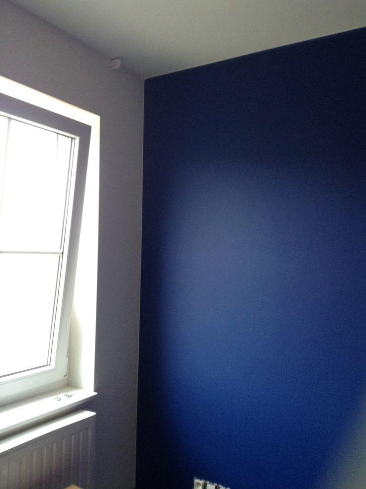 Blauw is nog altijd een mooie kleur voor een jongens kamer tegen deze muur komen nu nog kasten - Welke kleur verf voor een kamer ...