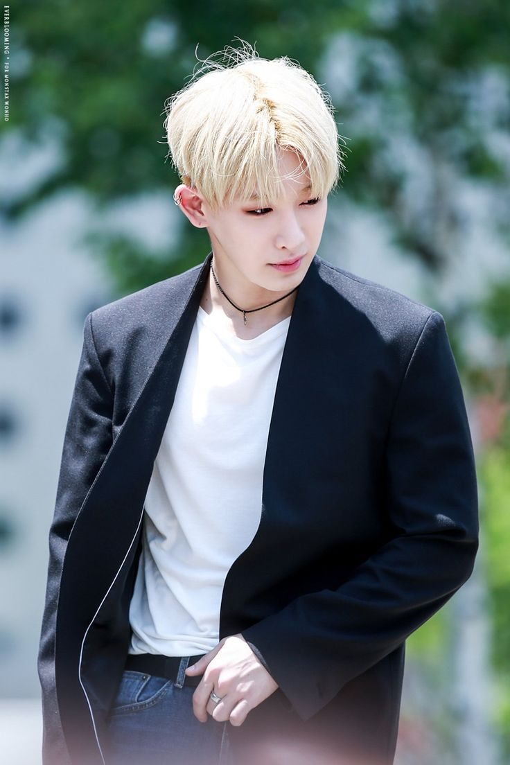 wonho he so often looks like a painting when the pic. Black Bedroom Furniture Sets. Home Design Ideas