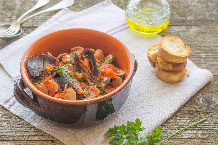 La zuppa di frutti di mare si realizza con cozze, vongole e pomodori pelati, è semplice da preparare e molto gustosa