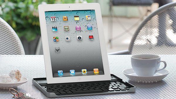 iPad s filmovým stojánkem, herním ovladačem a hliníkovou klávesnicí od Logitechu - http://tech.ihned.cz/testy/c1-55338170