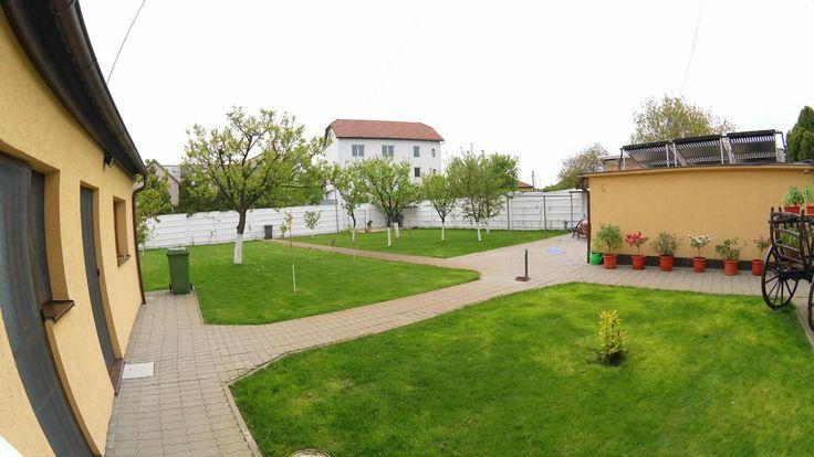 PROPRIETATE REPREZENTATA DE AGENTIA PROPERTY LAB  Vila cu etaj, cu un design deosebit compusa din 6 camere dupa cum urmeaza : 2 livinguri, 2 bucatarii, 3 bai , 5 dormitoare si desfasurata pe o SC= 400mp si o ST de 1200 mp.