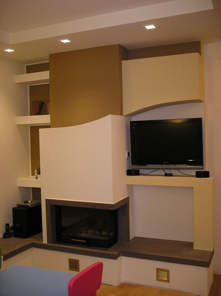 La parete è completa: angolo TV,  mensole di servizio, movimento delle superfici