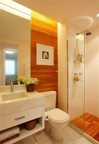 Banheiro com Lambri e deck em madeira
