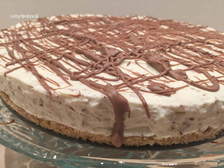 Denne Baileys cheesecake er virkelig nem at lave og skal ikke bages. Jeg har pyntet med smeltet chokolade, men du kan sagtens pynte med revet chokolade, bær