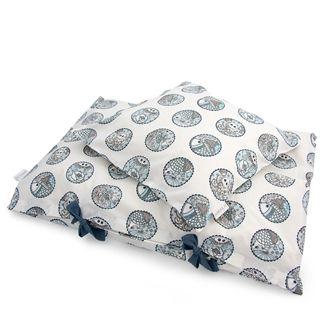 Flot og stilet sengetøj fra danske Amala. Juniorsengetøjet har smukt indisk mønster i blå på en hvid baggrund. Hurtig dag-til-dag levering.