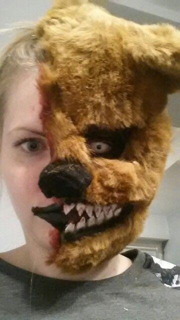 Enge beer carnaval  Benodigdheden; * teddy beer  * plastic of kunstnagels voor tanden *Lijmpistool * sponsje en zwarte acrylverf voor neus  Instructie filmpje is op YouTube te vinden: scary bear make up