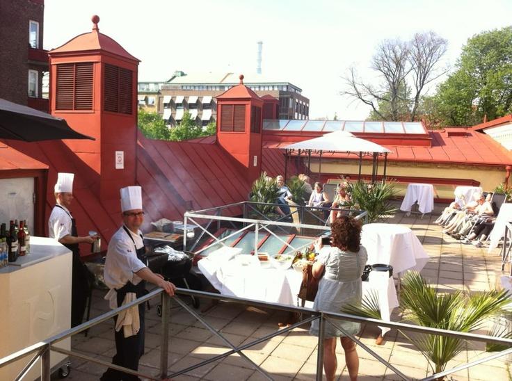 Grillbuffén är framdukad på takterrassen, varmt välkomna!  www.hagabadet.se