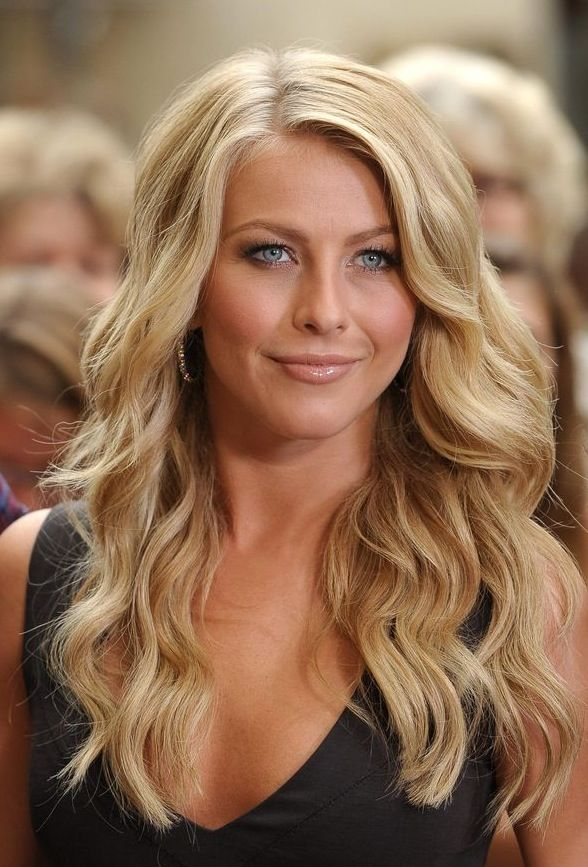 Julianne Hough Hairstyle: Sexy Side Parted Long Blonde Soft Curly Hairstyle