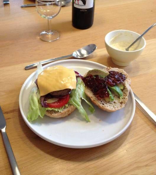 Kipburger Met Avocado,bacon En Cheddar recept | Smulweb.nl