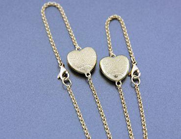 Gouden armband met persoonlijke vingerafdruk op hartje. DIARTdesnign.nl