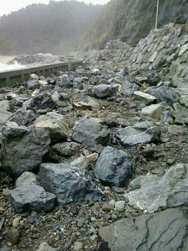 Carretera costada por el desprendimiento de rocas