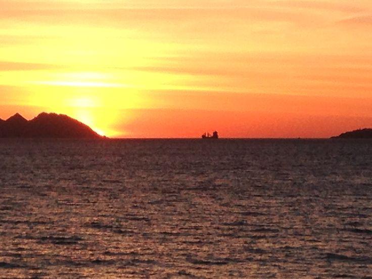 Atardecer en la Ría de Vigo. #atardecer #Vigo #puestadesol #barco #mar #islas #cies #color #naranja #luscoefusco #ria