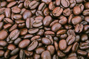 Kaffee kann natürlich graue und weiße Haare färben ohne schädliche Nebenwirkungen