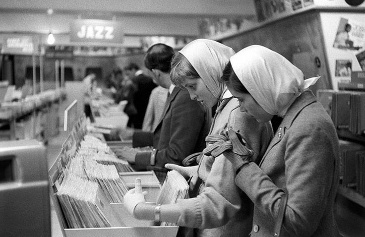 Scegliendo la colonna sonora di sé.  (E' il 1958: siamo all'HMV di Oxford Street)  Ph: Bert Hardy Advertising Archive/Getty Images