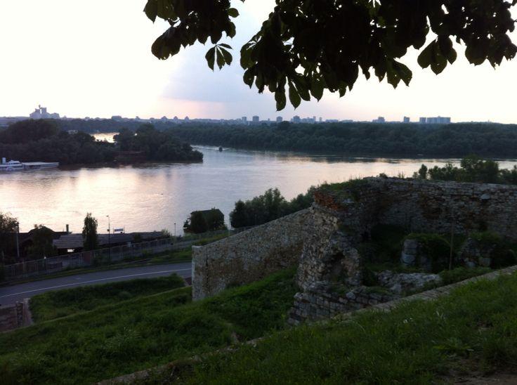 Solnedgång över Donau och Sava i Belgrad, Serbien