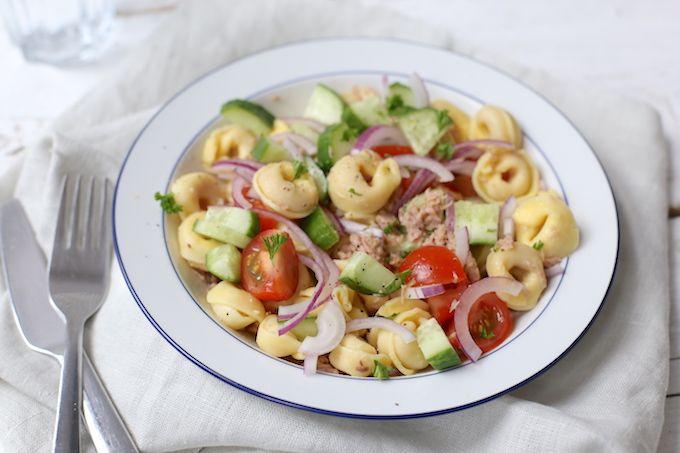 Weinig tijd of zin om te koken? Maak dan een lekkere en simpele tortellini salade. Serveer er eventueel nog wat brood bij en klaar is kees! Eet smakelijk.