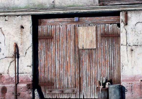 Дощатые деревянные двойные двери, сделанные автором в одном из своих зданий. Как правило, французский синий и белый эмалированный номер дома пластина добавляет последний штрих.