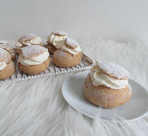 In Zweden eten ze op Fettisdagen of Vette Dinsdag Fettisdagensbullar of semlor. Deze gebakjes kan je ook zelf maken. Hier een klassiek recept voor semla.