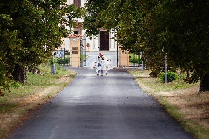 Chateau Liblice.Свадьба в Чехии. Свадебный фотограф в Чехии: парадный вход на территорию замка Либлице, свадебный портрет
