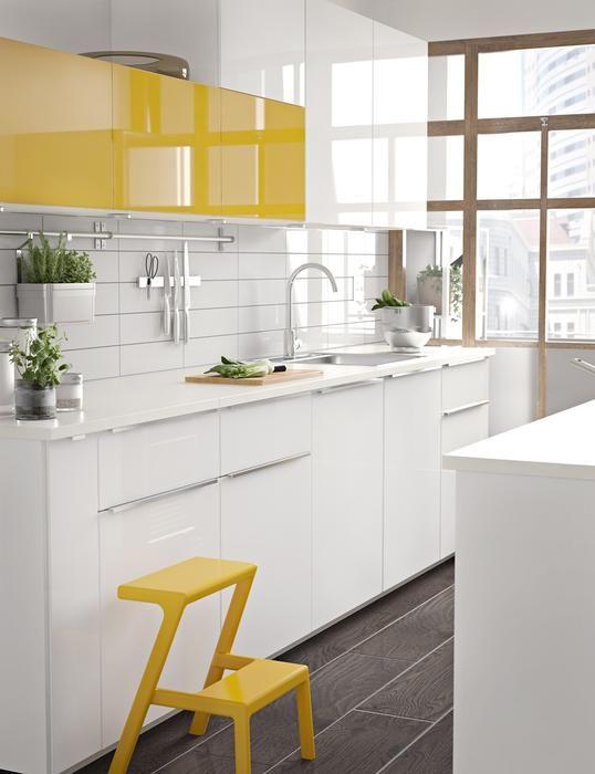Kontrastowe kolory frontów w małej kuchni
