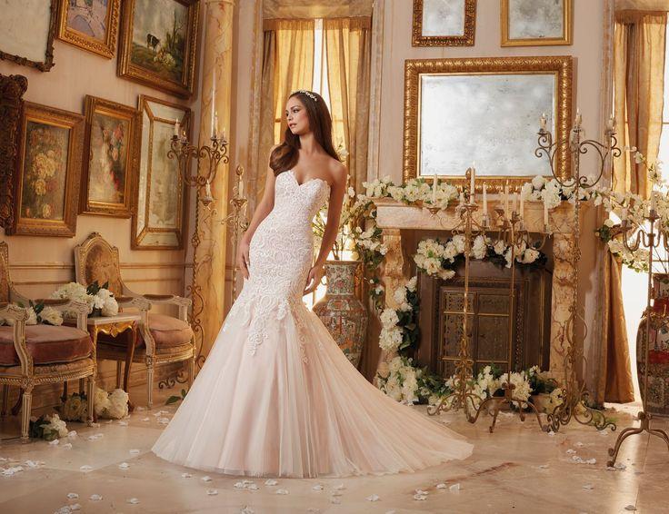 Suknia ślubna Mori Lee z koronkami w stylu Vintage na delikatnej siatce. Dekolt w kształcie serca wydłuży szyję. Cudowne, haftowane …