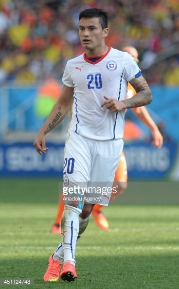451124748-charles-aranguiz-of-chile-challenges-during-gettyimages.jpg (368×594)