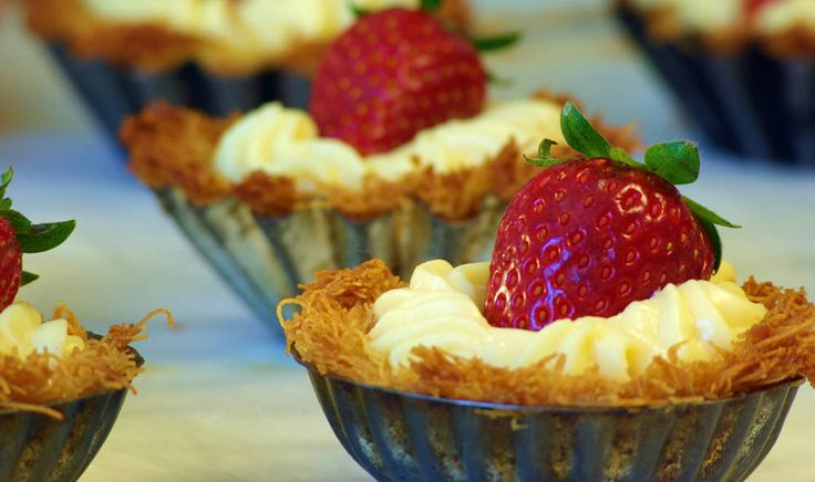 Ταρτάκια με βάση κανταΐφι, γέμιση κρέμα ζαχαροπλαστικής & φρέσκιες φράουλες