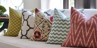 Accindonesia.com – Sarung bantal sofa adalah sarung yang digunakan untuk bantal – bantal mungil di sofa anda. Tujuannya untuk memperindah dan mempercantik bantal sofa anda. Sarung Bantal Sofa yang bagus dan unik lah yang tentunya akan menjadikan sofa anda lebih terlihat mewah dan memiliki nilai keindahan tersendiri. Ada Macam – Macam Motif Sarung Bantal Sofa