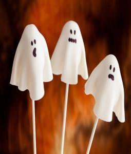 Grappige spookjes op een stokje. Leuk om te trakteren tijdens jouw griezelfeest. Kijk voor het #recept op: http://www.bakkenvooreenfeestje.nl/traktaties-maken/cakepops-spookjes/ #traktatie #cakepops