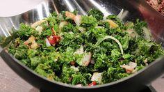 Grönkålssallad. Grönkål är en favorit på julbordet. Med en god marinad med äpple och mandel blir det vintertåliga kålen ännu godare.