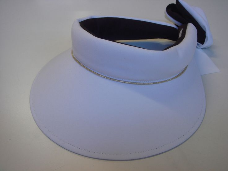 Precious cargo Regular brim visor, white/white with gold piping. Black under the brim and band to reflect the light