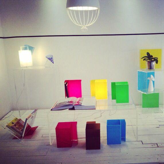Colore, trasparenze e white minimal presso la vetrina emozionale #designtrasparente di #verona