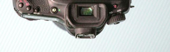 Мы придумали простой, но нестандартный способ съемки видео на зеркальную камеру, взглянули на мир вверх ногами. Подробнее в заметке на нашем сайте: http://teeter-totter-tam.ru/camera-rotation