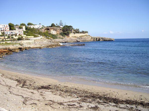"""Cala Murada gehört zu dem Küstenbereich von Manacor. Dieser ist bekannt für seine wunderschönen Strände und Badebuchten, den sogenannten """"Calas"""". Das schöne an Cala Murada ist, dass in der romantischen Umgebung keine großen Hotelkomplexe anzutreffen sind."""
