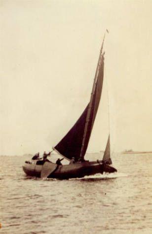 """Het skûtsje """"Dankbaarheid"""" uit Molkwerum, circa 1920-1940."""